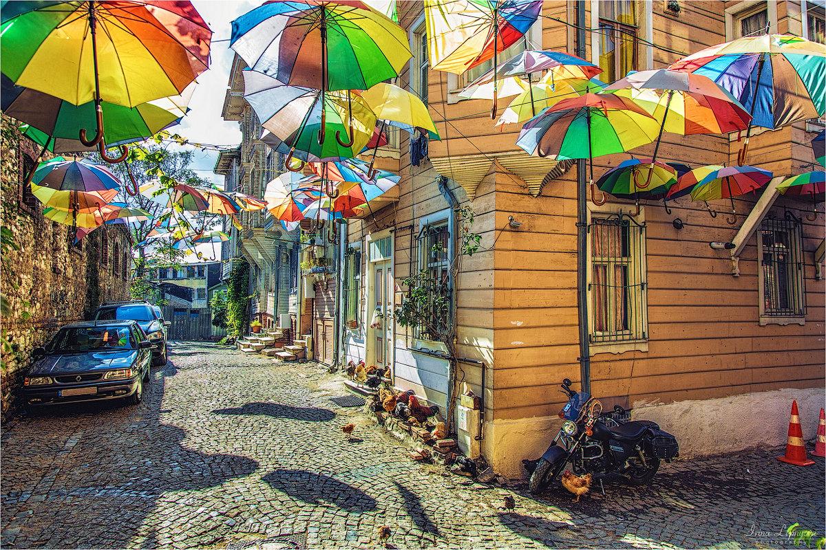 Позитивная стамбульская улочка с зонтами и курятником - Ирина Лепнёва