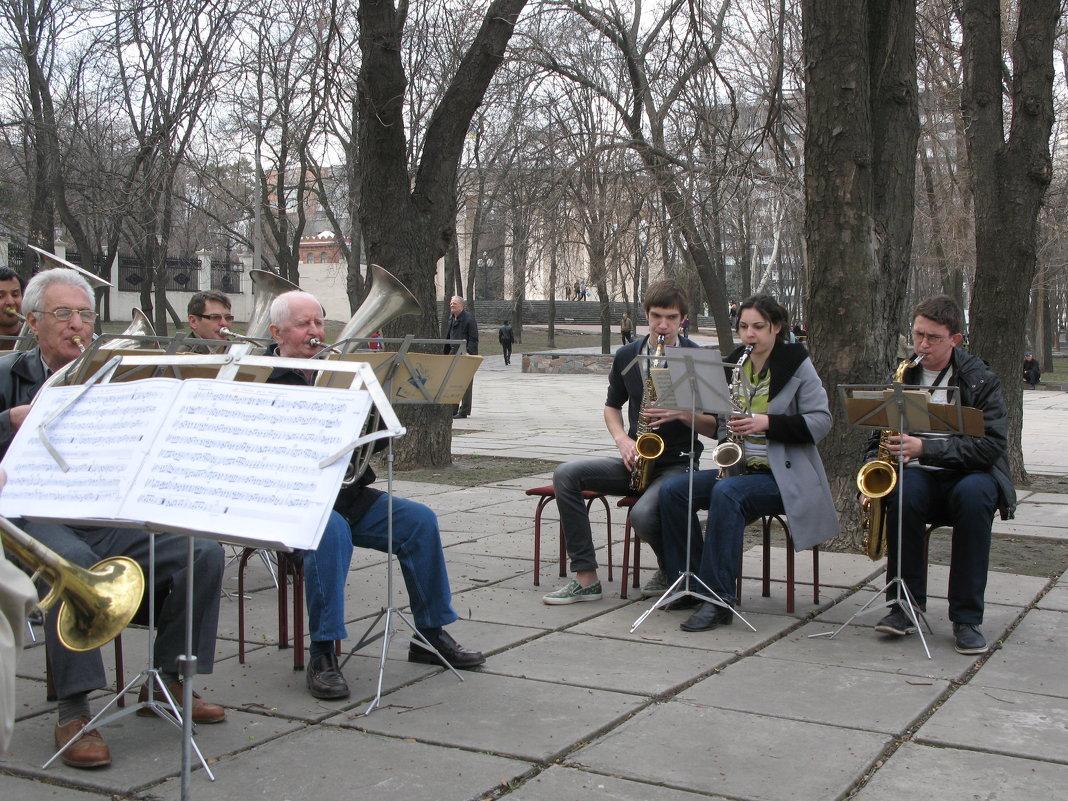 В городском саду играет духовой оркестр!... - Алекс Аро Аро