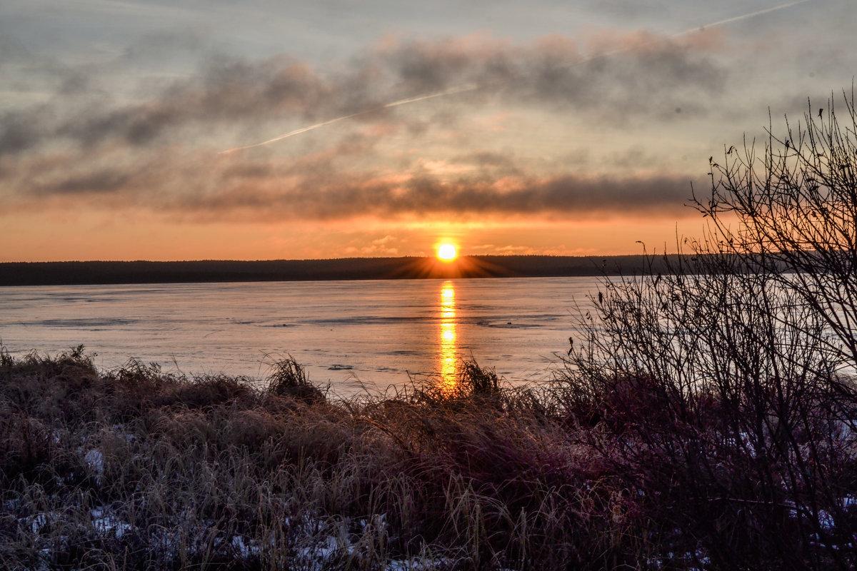 скользит по льду луч солнца золотого - сергей