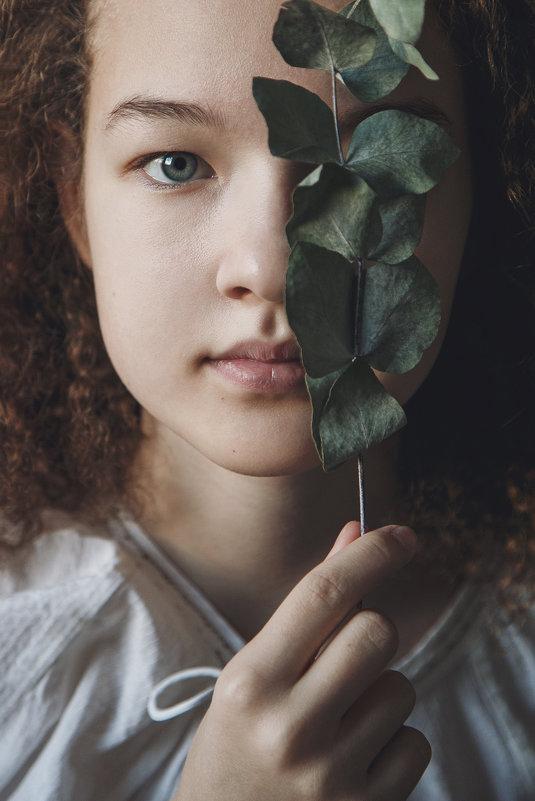 Девочка с веткой эвкалипта - Юлия Дурова