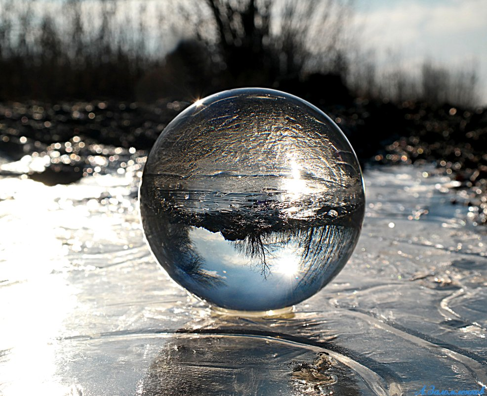 И хочется порой нам будущее знать, смотря в хрустальном шаре отраженья.. - Андрей Заломленков