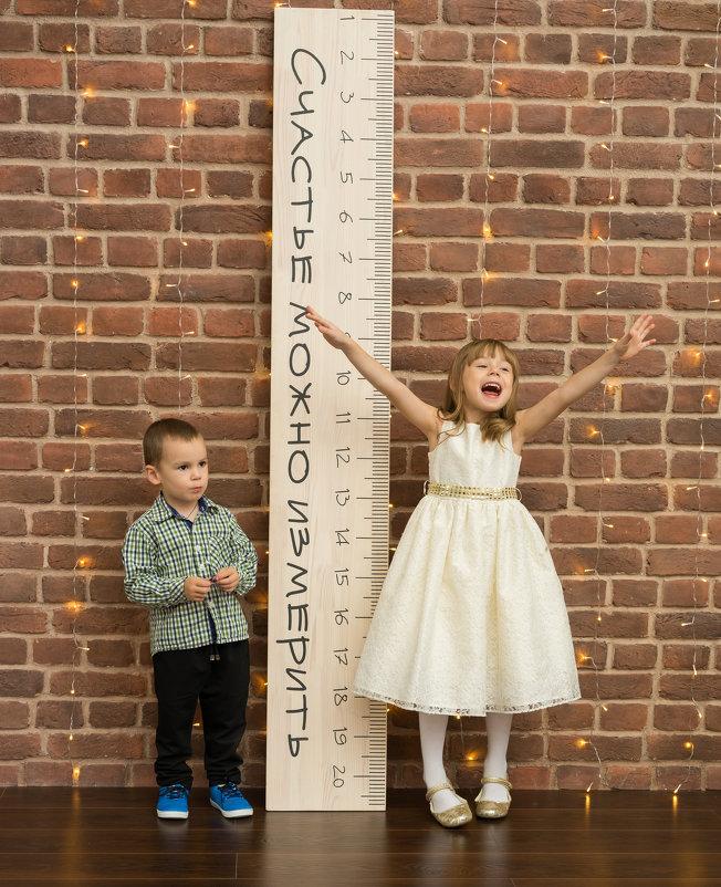 Дети мальчик и девочка у ростомера - Ирина Вайнбранд
