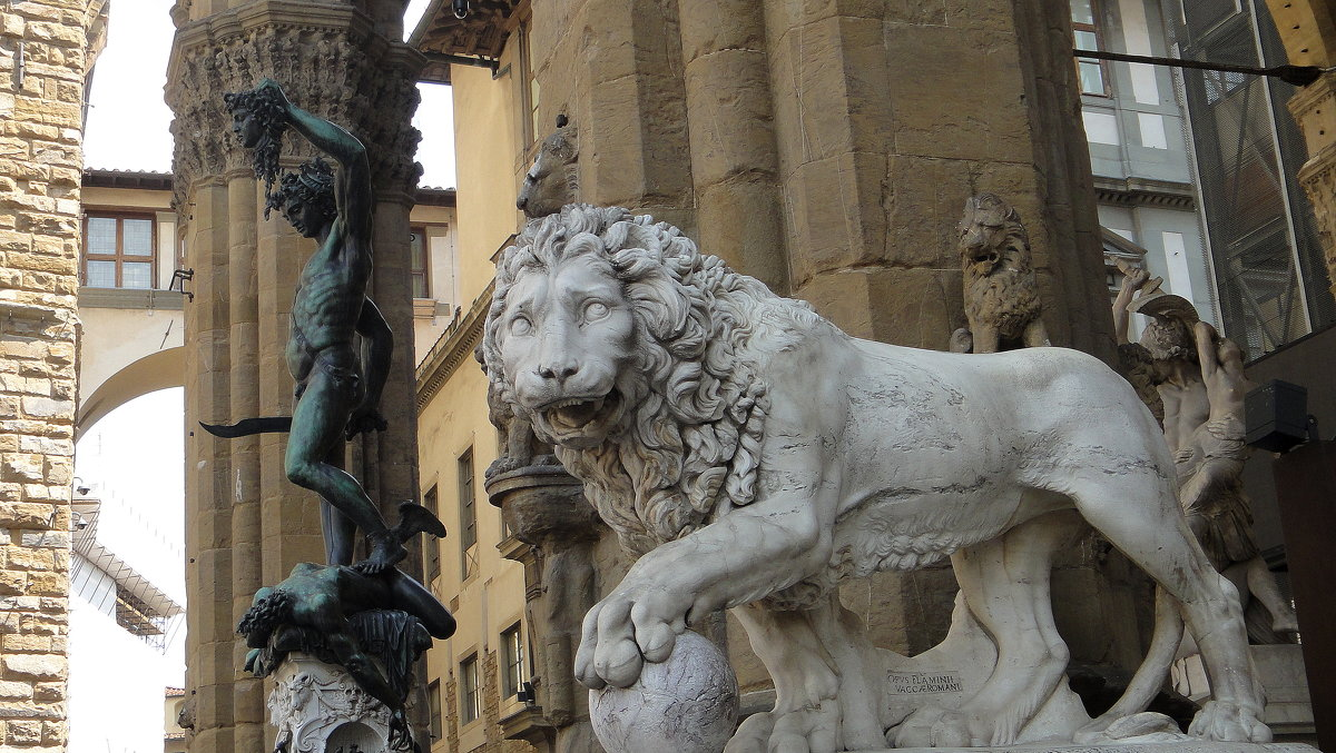 """Знаменитый """"Персей"""" с отрубленной головой Медузы-Горгоны.(1553) и одна из двух фигур львов - Елена Павлова (Смолова)"""