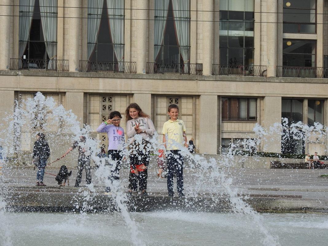 Дети у фонтана - Natalia Harries