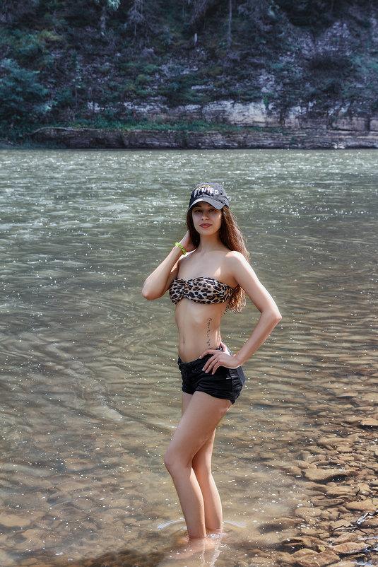 video-gimnastka-devushki-v-bikini-u-reki-foto-klipi-porno