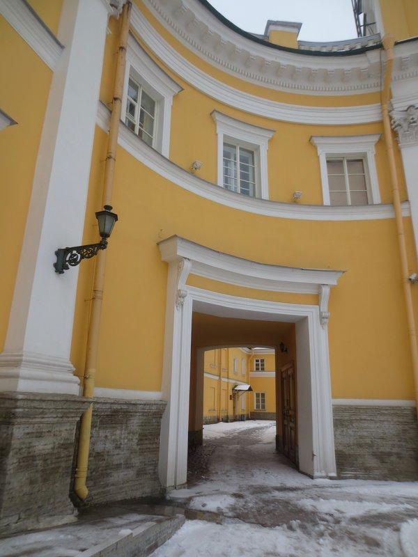 арка во дворе, где жил Державин - Елена