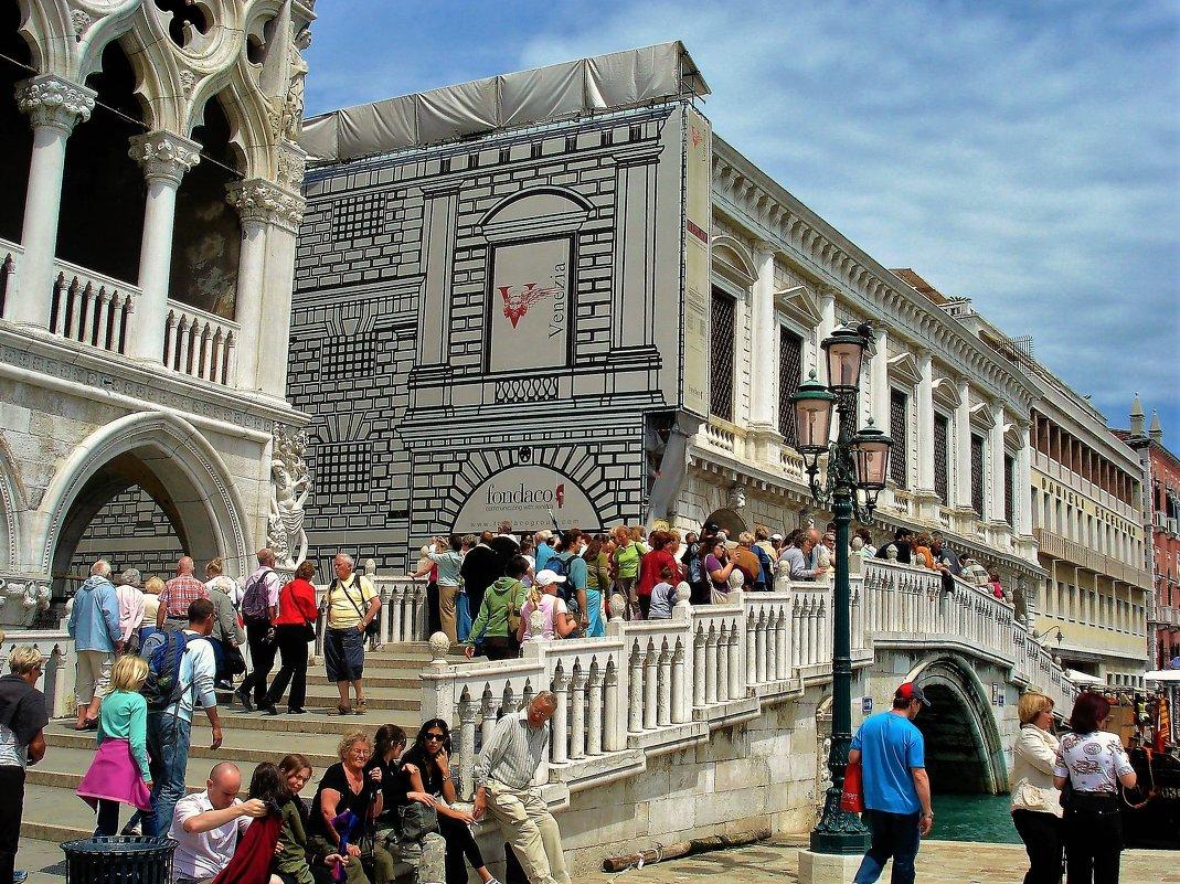 Туристы у Дворца Дожей... - Sergey Gordoff