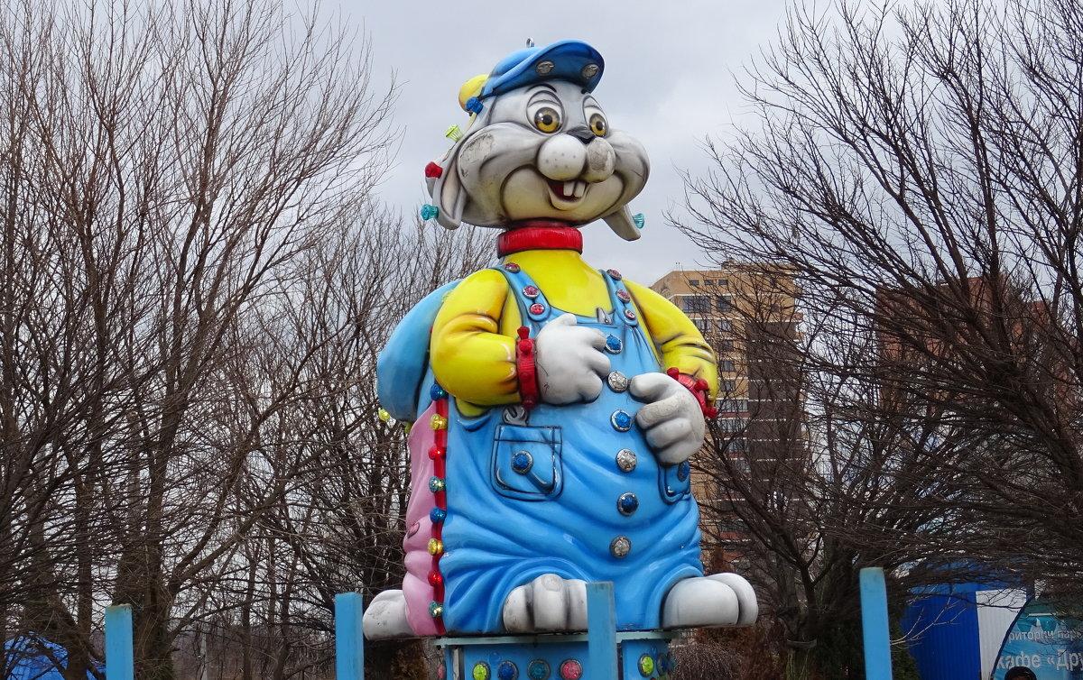 Кролик на детской площадке - татьяна