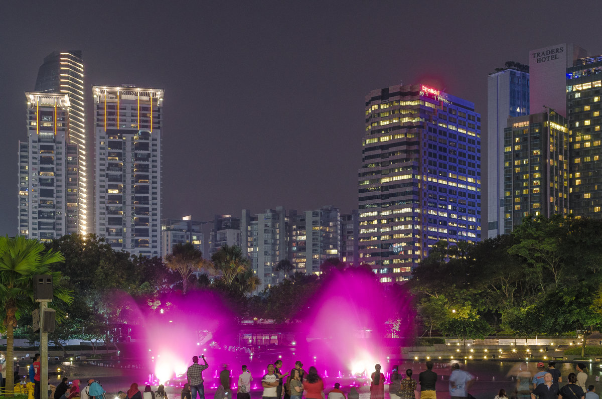 Шоу фонтанов, Куала-Лумпур, Малайзия. - Edward J.Berelet