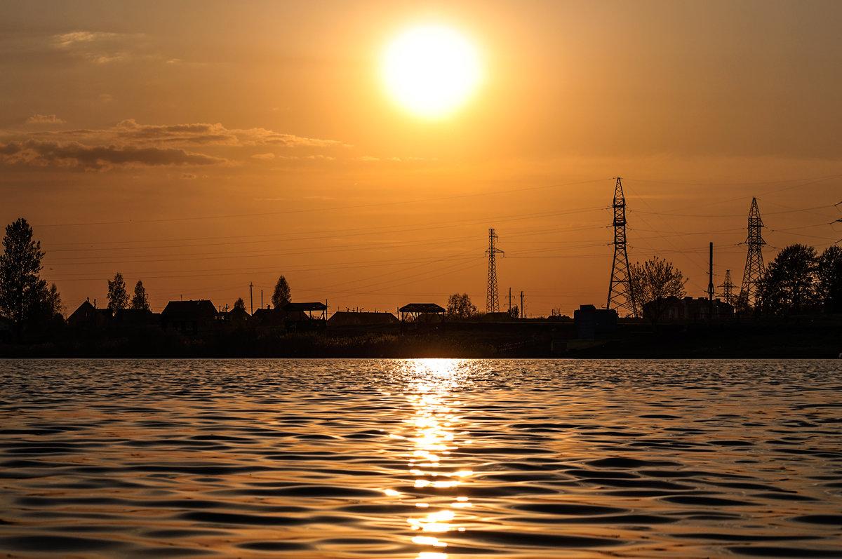 Майский золотой закат солнца над озером - Анатолий Клепешнёв