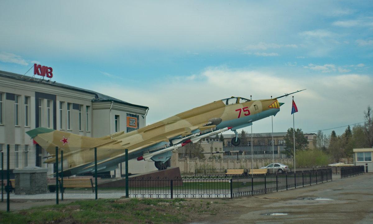 У проходной завода в Каменске-Уральском «приземлился» боевой самолет СУ-17. - Михаил Полыгалов