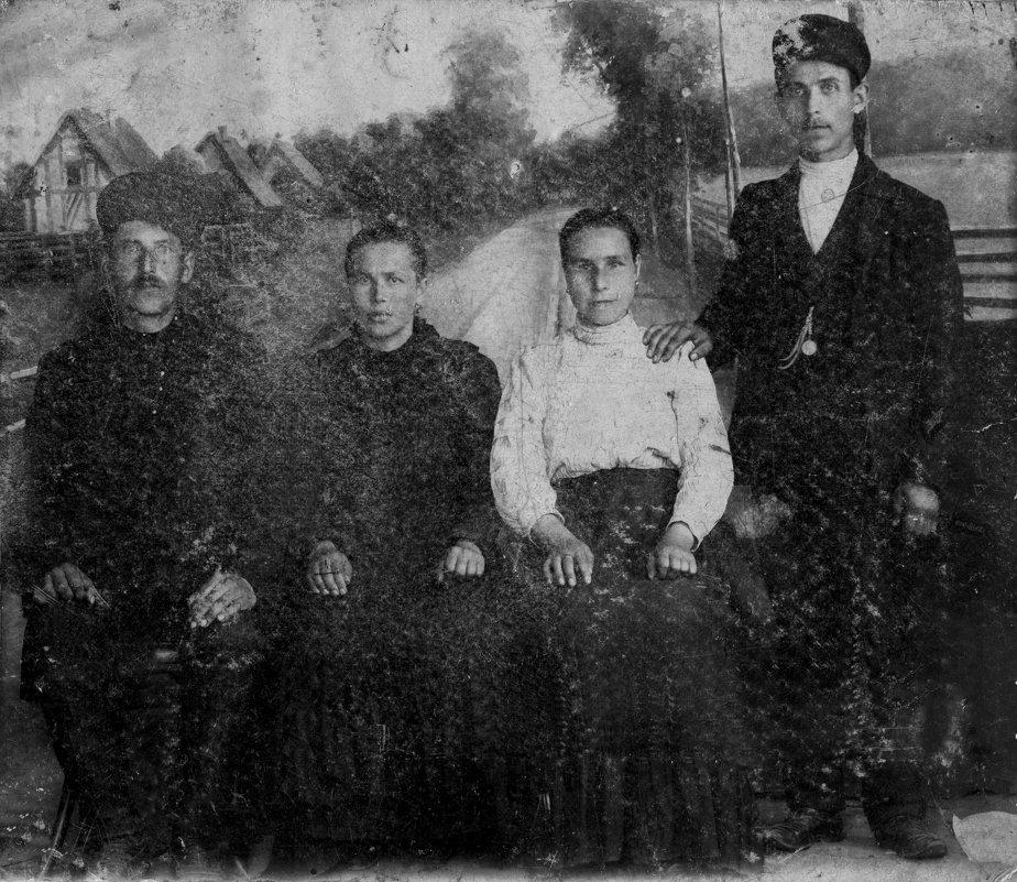Слева мой дед (1882-1921) и моя бабушка (1882-1970). Снимок 1913 г. История не по учебнику. - Юрий Поляков