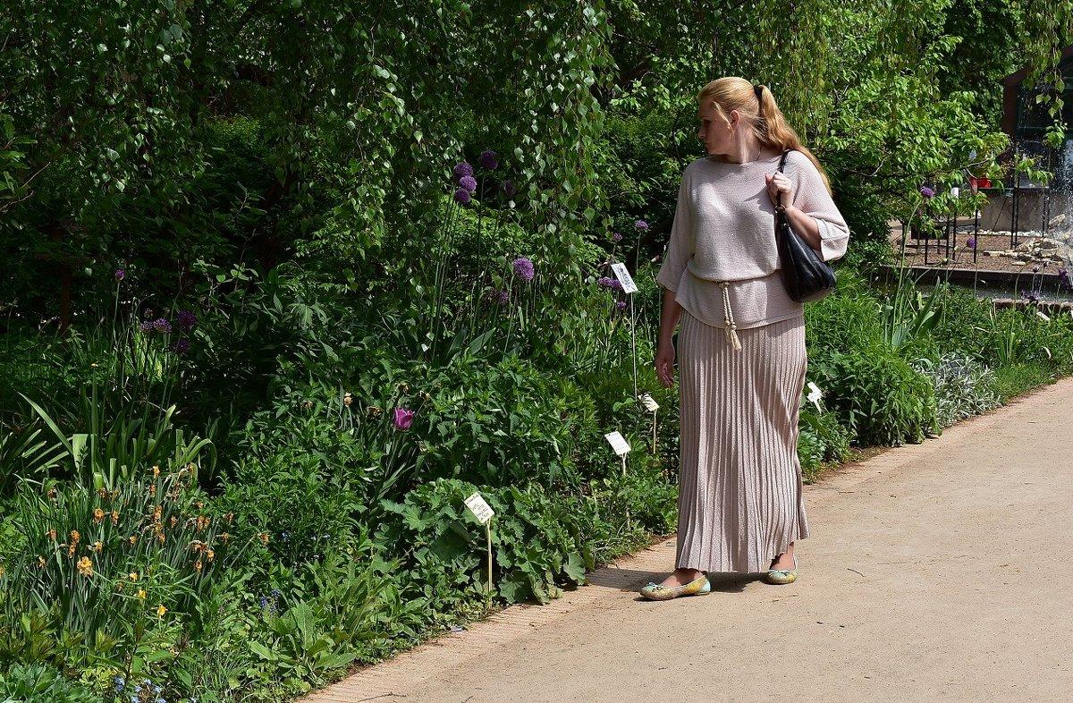 Женщина и цветы - dindin