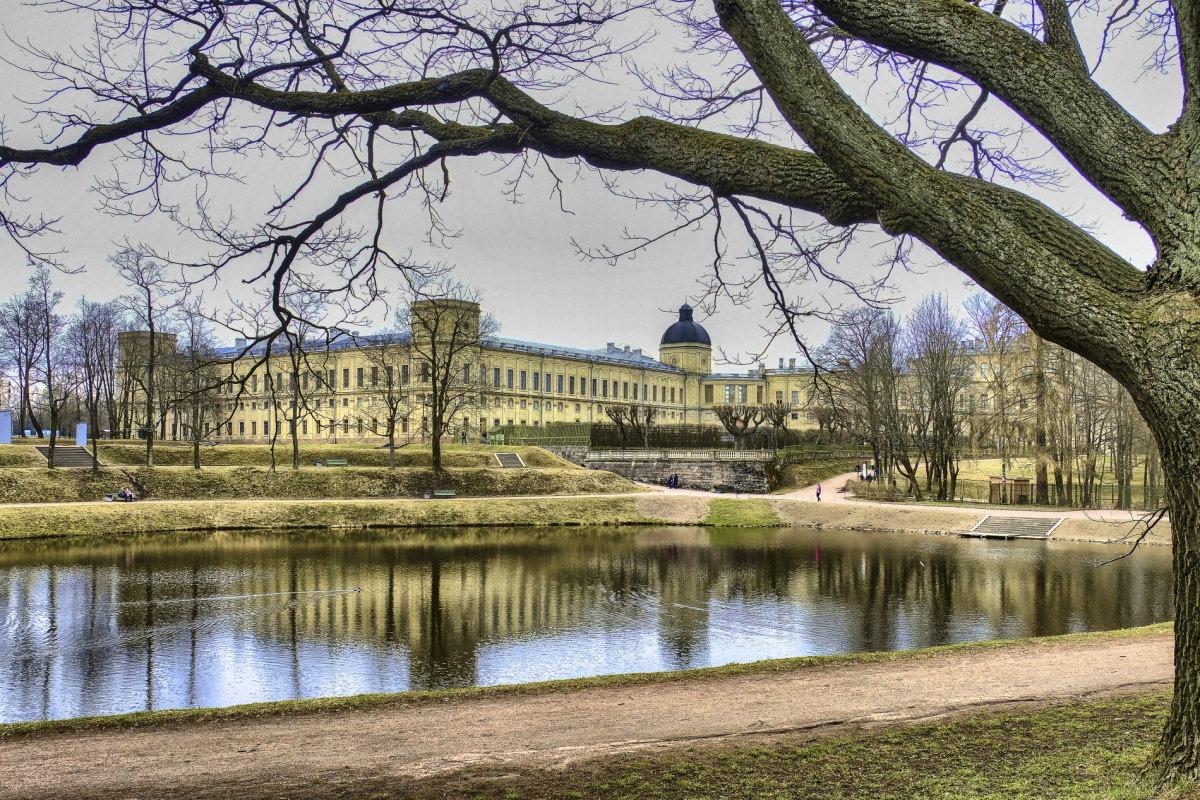 Гатчинский дворец со стороны пруда - Георгий