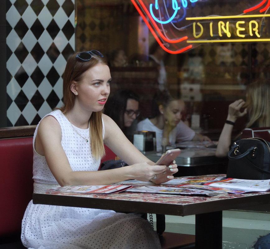 В кафе. - Александр Бабаев