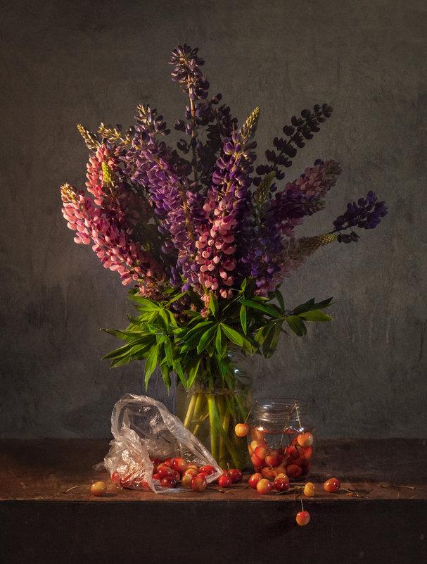 натюрморт с цветами и черешней - Evgeny Kornienko