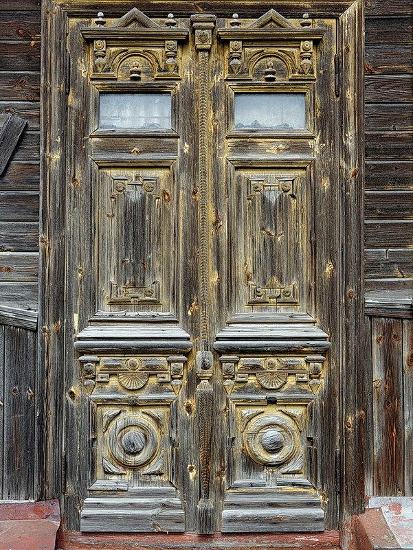 Работа старых мастеров, деревянная дверь дома в исторической части Тутаева, правобережье - Николай Белавин