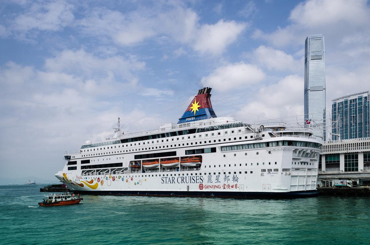 Круизный лайнер в порту Гонконга. - Edward J.Berelet