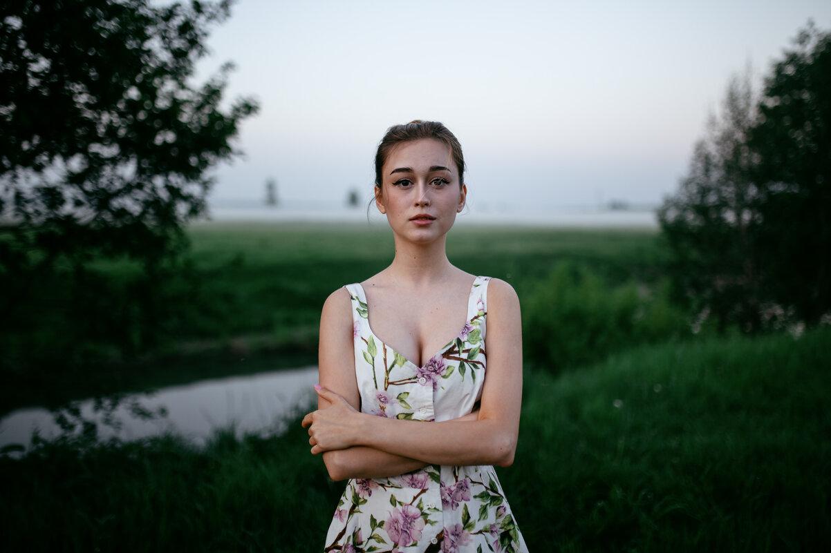 Портрет милой девушки в белом платье с цветами на рассвете на фоне реки и тумана - Lenar Abdrakhmanov