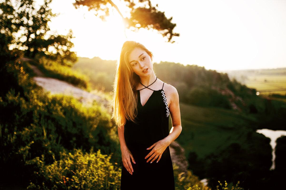 Портрет девушки в красивом черном платье во время рассвета на горе - Lenar Abdrakhmanov