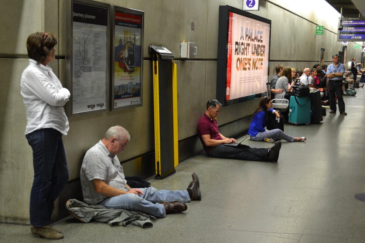 Просто ждут поезда метро - Ольга Бурьянова