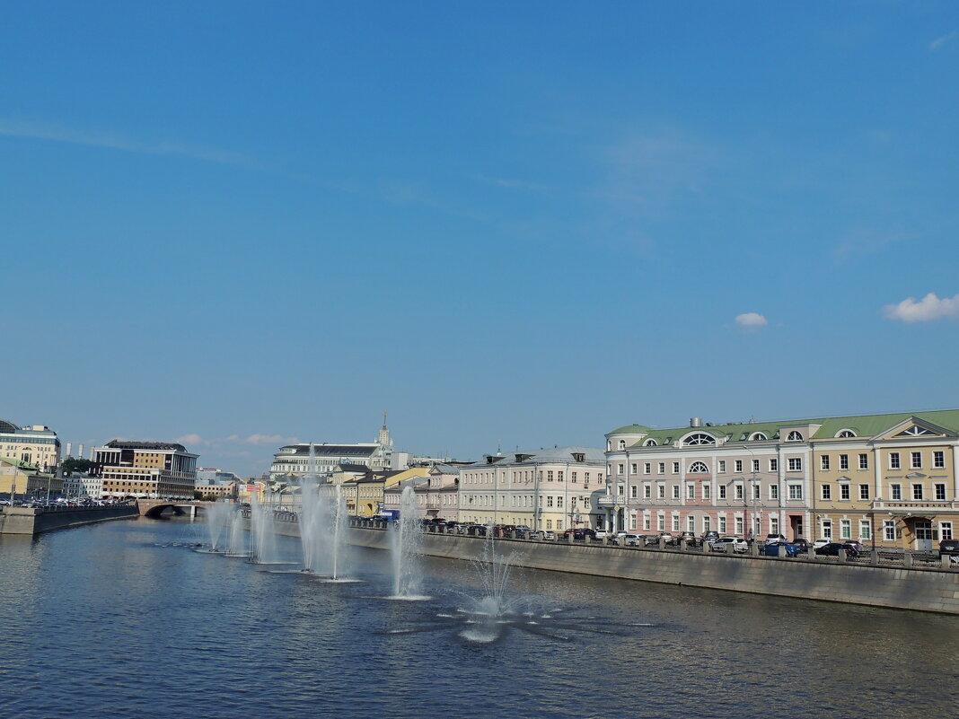 Москва,Кадашевская набережная - вид с моста - Александр Качалин