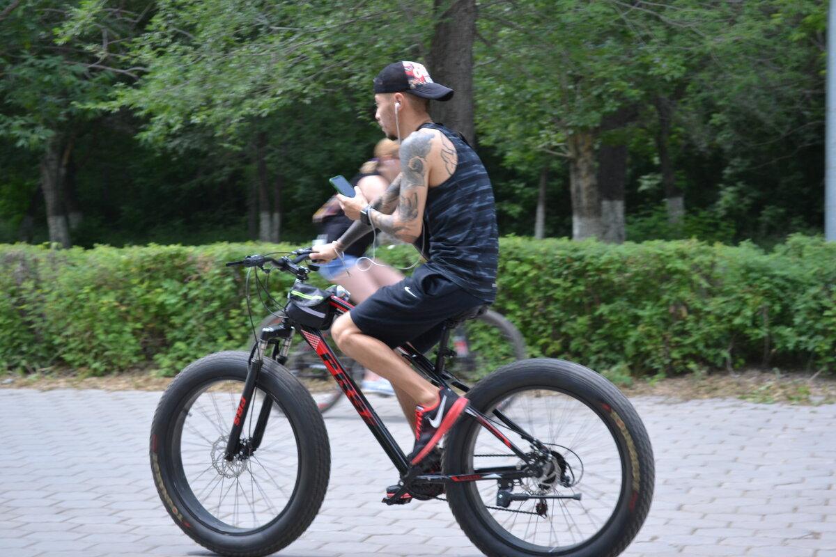 Велосипед и город...Спешит на фото...Вот и попался,в мою фотосеть... - Георгиевич