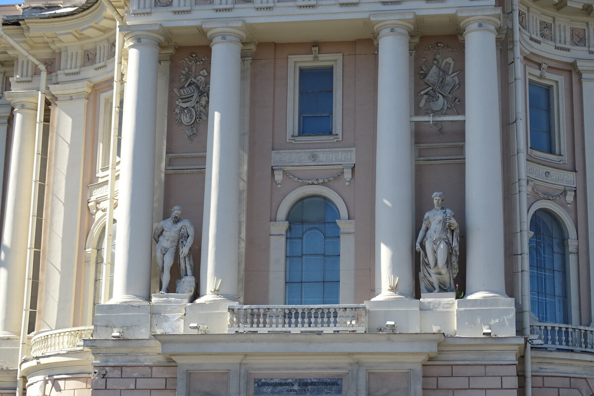 скульптуры на фасаде дома - Sabina