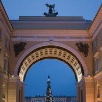 Вид на Дворцовую пл. из-под арки Главного штаба :: Валентин Яруллин