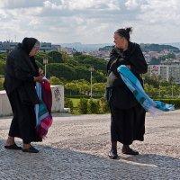 Торговки сувенирными платками. Лиссабон, Португалия. :: Lmark