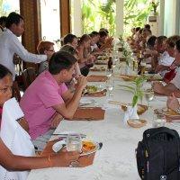 Камбоджа. Наша группа перед отъездом обедает в отеле :: Владимир Шибинский