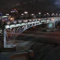 моя столица ночная москва(пешеходный мост от храма Христа Спасителя через Москву реку) :: юрий макаров