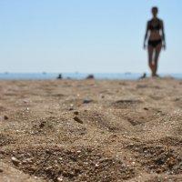 Идущая по песку :: Михаил Ананьев