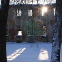 Воскресная прогулка по зиме. Старые стены. :: Владимир Буравкин