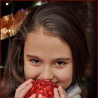Ёлочный шарик в детских руках... :: Константин Нусенко