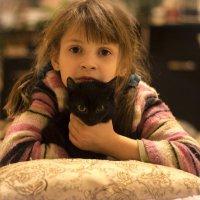 Кира и маленькая кошка Маша. :: Evgeniy Radetskiy