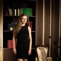 девушка в офисе :: Kirill Zelenev