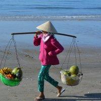 Продавец фруктов на пляже. :: Ирина Михайловна