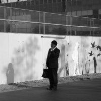 Важный разговор (чб Япония) ДИАЛОГ человека и стены) :: Sofia Rakitskaia