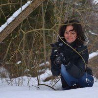 Девушка-фотограф в зимнем лесу :: Денис Шевчук