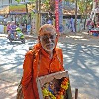 Индия. Монах или паломник (?), собирающий милостыню :: Владимир Шибинский