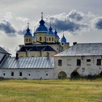 У стен Рождественно-Богородичного мужского монастыря. о.Коневец :: Виталий Половинко