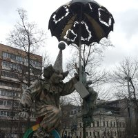 Фигура клоунского ансамбля  перед цирком На цветном :: Владимир Прокофьев