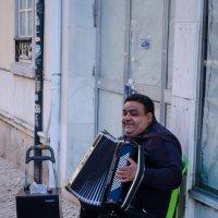 Аккордеонист на старых улочках Лиссабона :: Alexey Bogatkin