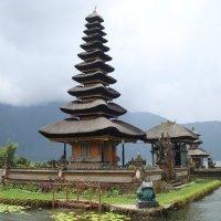 Храм на озере Братан :: svk