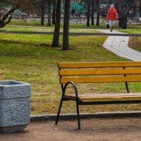 Осень, парк и женщина в красном... :: Stanislav Zanegin