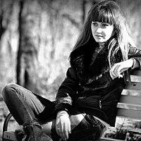 девушка на скамейке :: Владимир Иванов
