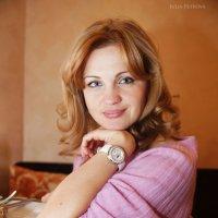 девушка в розовой кофте :: Юлия Петрова