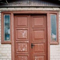 двери сельского дома :: Константин Диордиев
