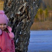Девочка и дерево. :: Алексей Зятиков